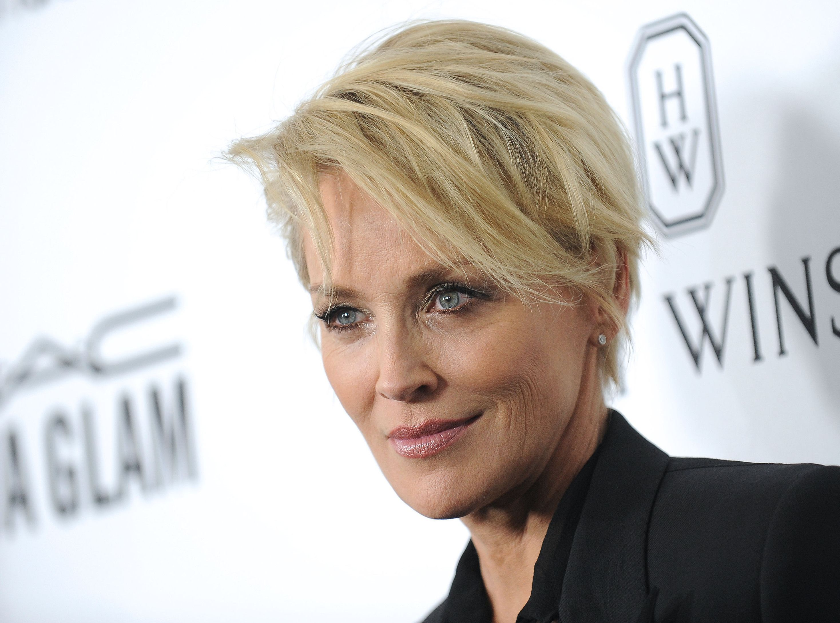 Cannes 2016 Sharon Stone Elle Pose Encore Un Lapin A L Amfar