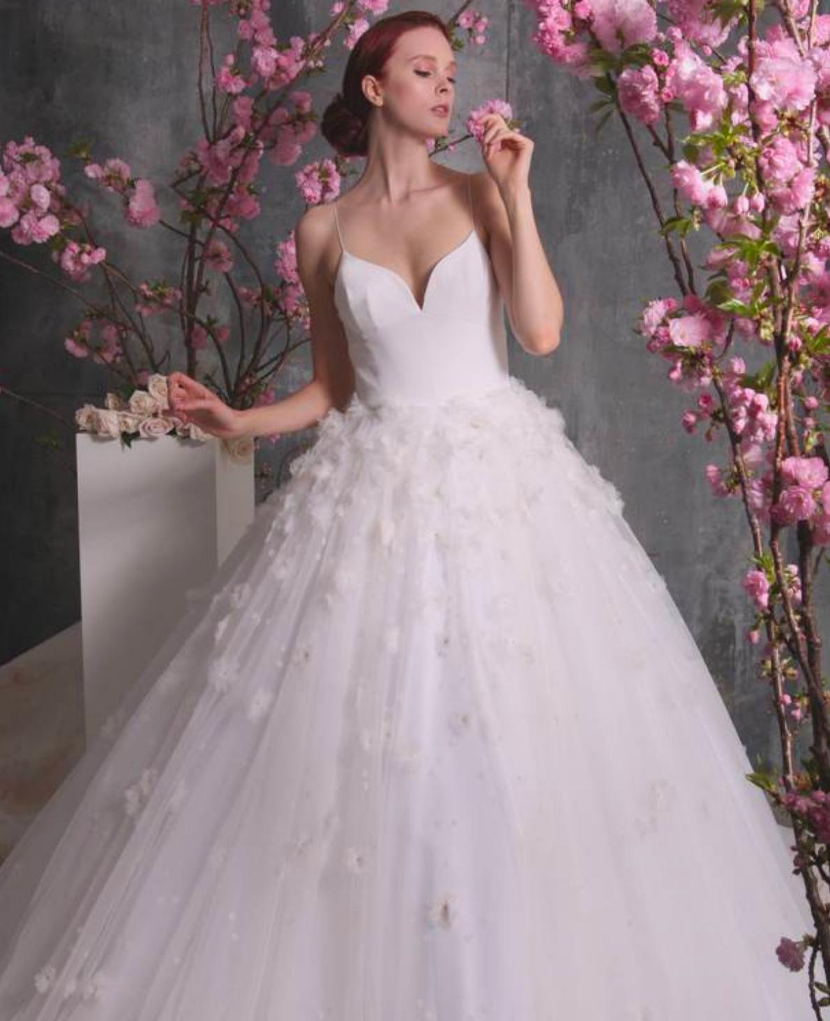 5e62a64a621c6 Mariage : Christian Siriano dévoile sa gamme de robes de mariées ...