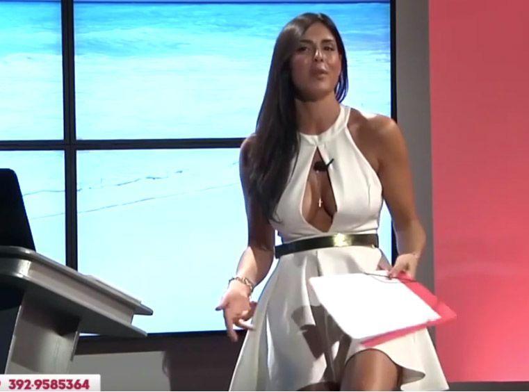 Public Buzz : Une présentatrice télé nous invite à regarder sa culotte !