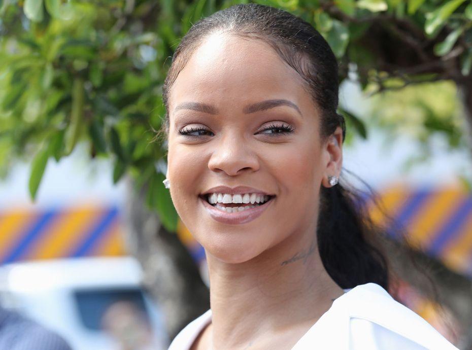 Populaire Photos : Rihanna relooke la reine d'Angleterre et s'attire les  DM74