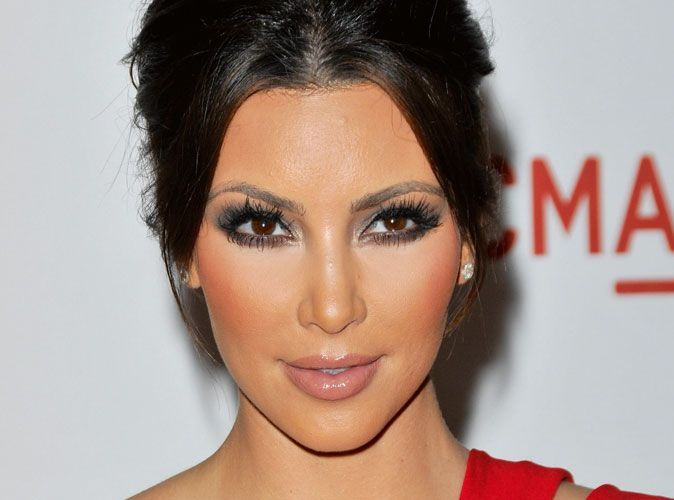 maquillage mode d 39 emploi du smoky eye de kim kardashian. Black Bedroom Furniture Sets. Home Design Ideas