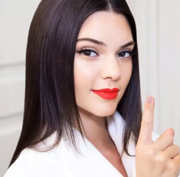 Bien connu Photos : Kendall Jenner lance son propre rouge à lèvres Estée Lauder ! GL07
