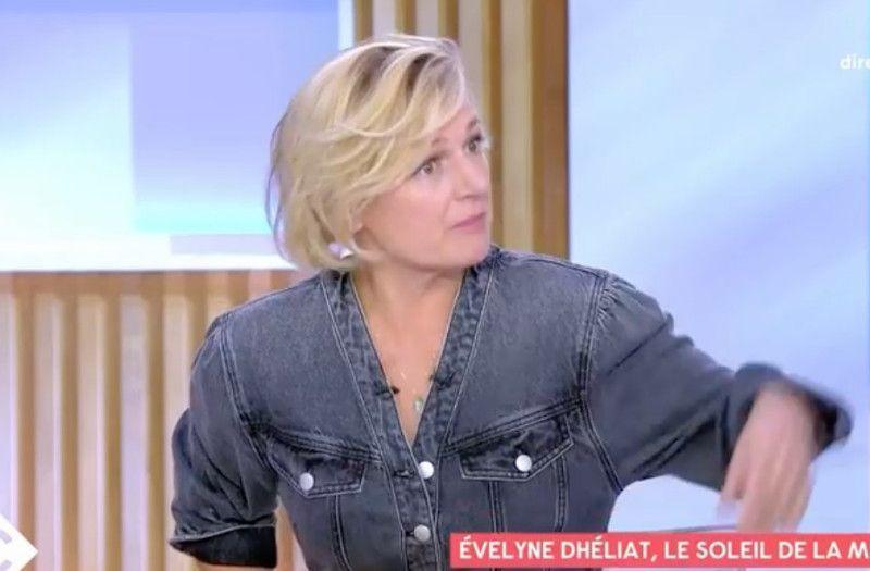 Anne-Elizabeth Lemoine en maillot de bain sur le plateau de C à Vous à cause d'une de ses invitées...
