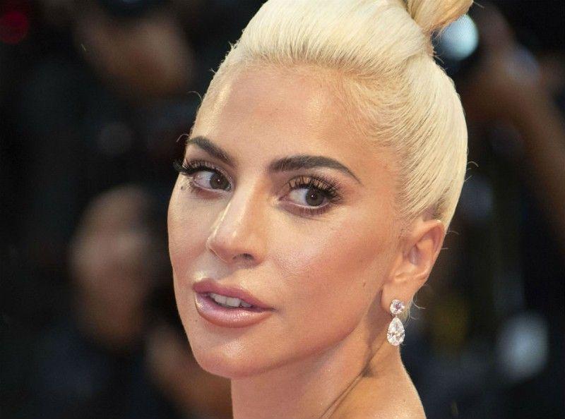 Body positive : Lady Gaga est fière d'afficher les vergetures sur poitrine