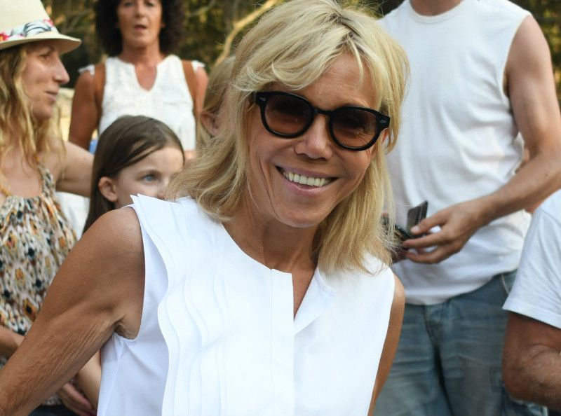 brigitte macron son short moulant pour une balade en v lo lectrique. Black Bedroom Furniture Sets. Home Design Ideas