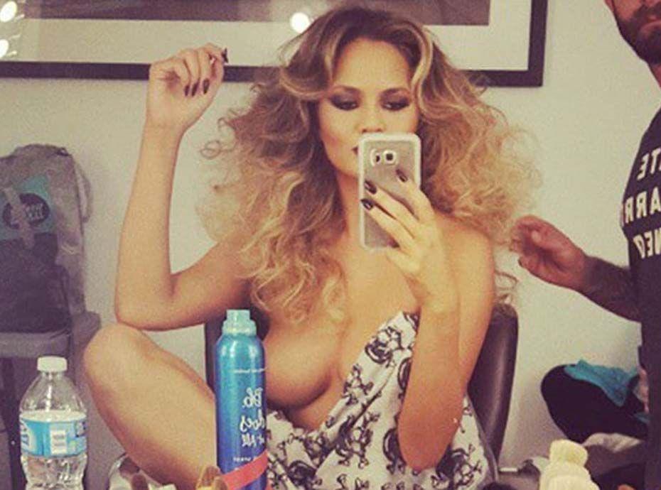 Chrissy Teigen : son astuce pour porter une robe sans soutien-gorge... Même avec des seins XXL !