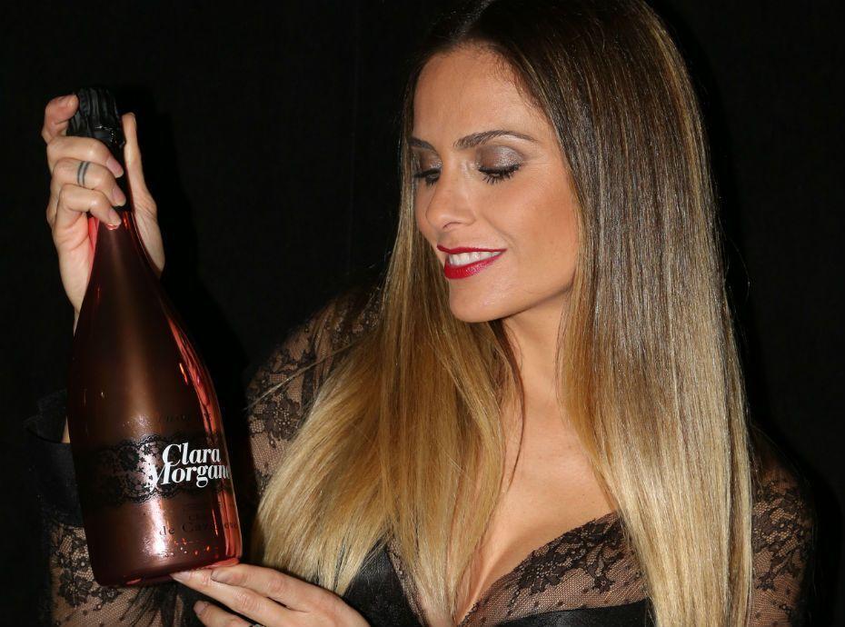 Clara Morgane : quand on attaque son champagne, elle répond avec humour !