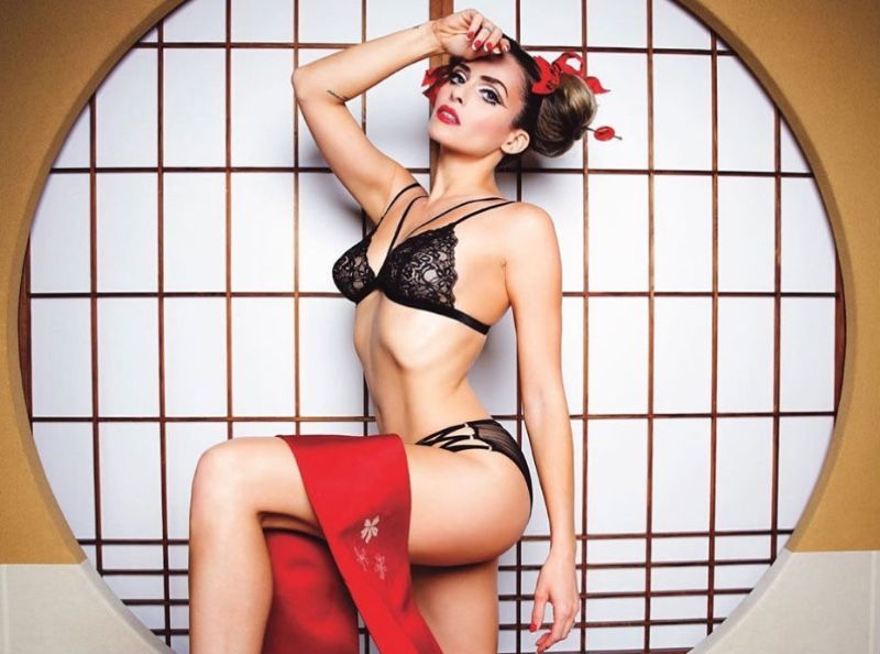 Clara Morgane s'affiche topless et casse Instagram !