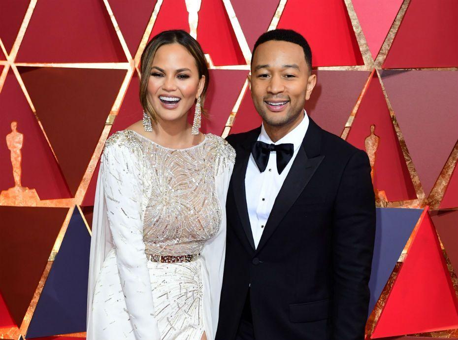 Déjà maman ? Chrissy Teigen annule sa venue aux Oscars et offre sa robe !
