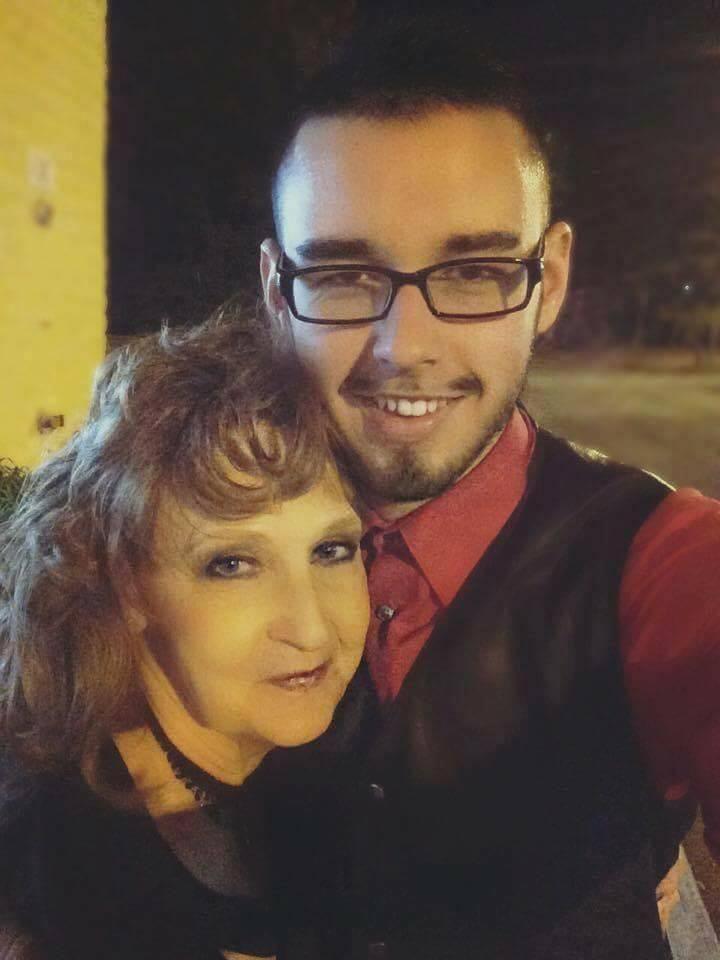 Diapo : A 19  ans, il se marie avec une femme de 72 ans deux semaines après leur rencontre