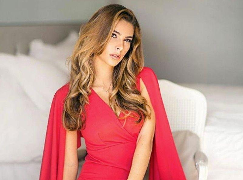 Eva Colas   la représentante de la France à Miss Univers dans une robe très  (très) osée ! 08630d15013