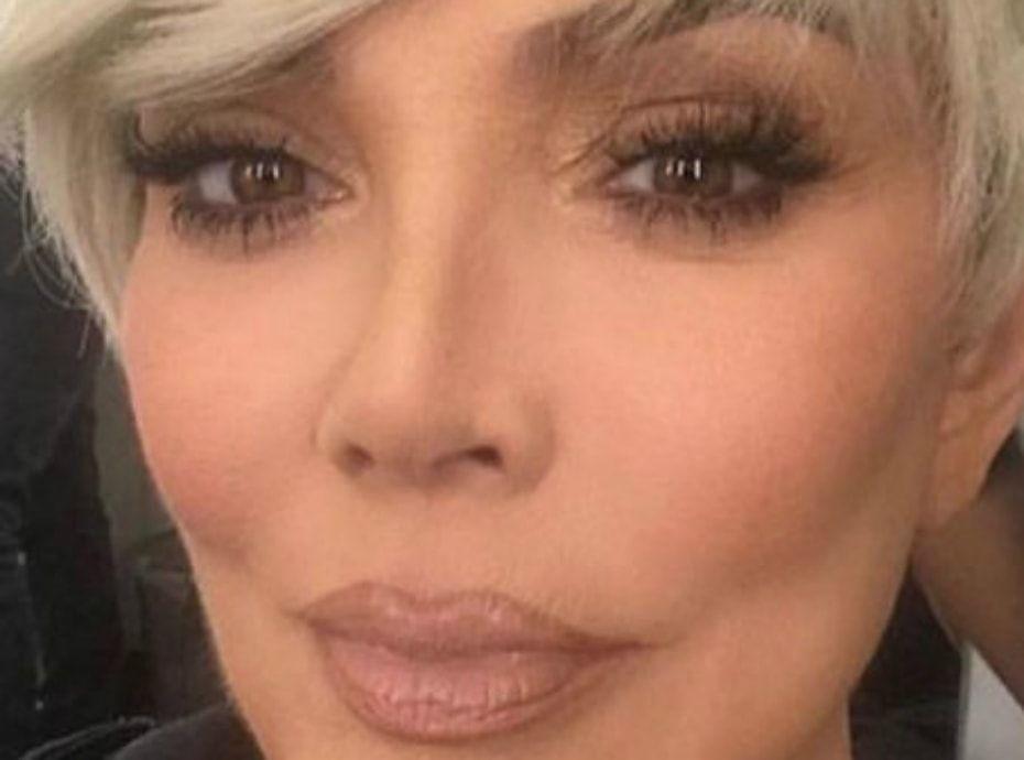 Kris Jenner : maquillage nude et blond platine pour une mise en beauté parfaite !