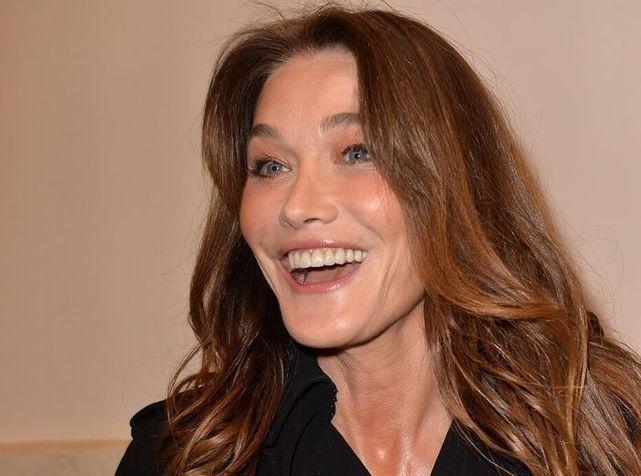 L'ex première Dame, Carla Bruni-Sarkozy, ose un chemisier transparent et pose tétons apparents sur Instagram !