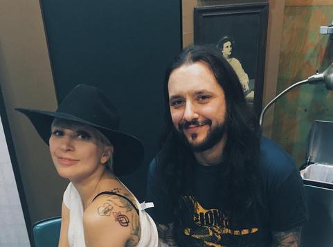 Lady Gaga : un nouveau tatouage pour se souvenir des Oscars 2016