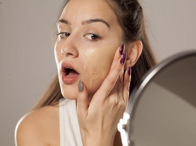 88fa6c517b6 Maquillage   5 règles à respecter pour faire tenir son fond de teint plus  longtemps