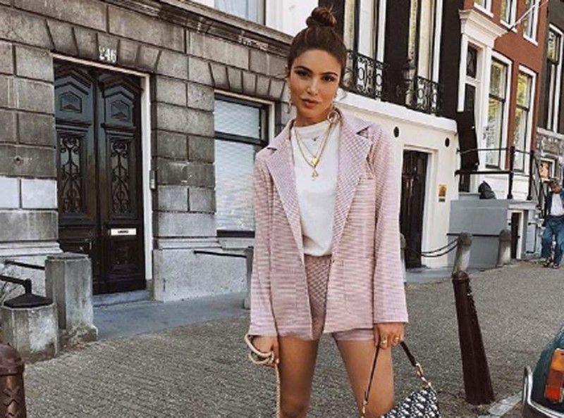 Negin Mirsalehi : ensemble rock et romantique, sac Dior vintage et Dr Martens... Que demander de plus ?