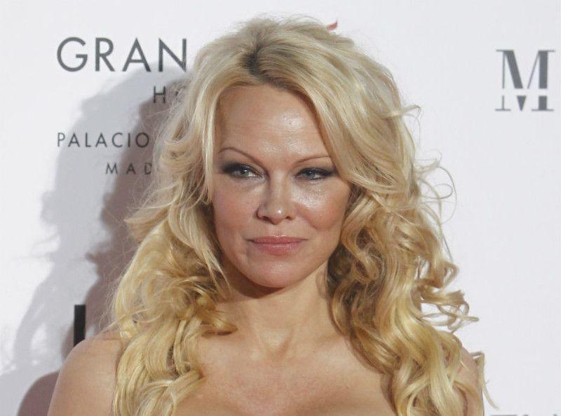 Pamela Anderson et Adil Rami fiancés : regardez cette bague qui en dit long !