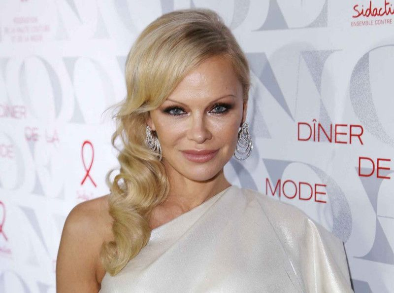 """Pamela Anderson nue et en plein acte : elle demande à ses followers de """"rester calme"""""""