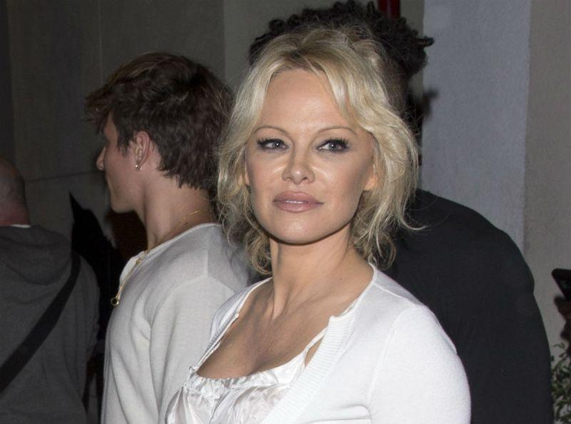 Pamela Anderson : Sa mère donne une interview à propos d'Adil Rami !