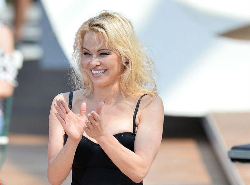 Pamela Anderson : vous allez l'adorer dans son premier film en Français !