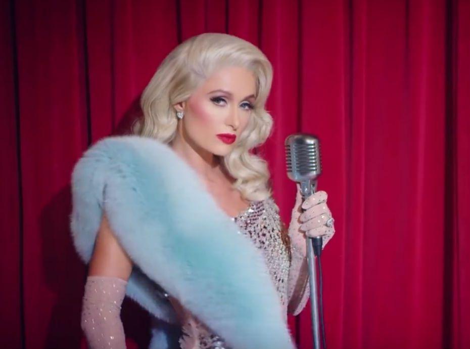 664b896e81 Paris Hilton : son fiancé la met en scène dans un nouveau clip !
