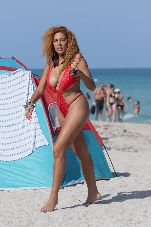 Tout RougeElle Donne Miami À PhotosAfida Bikini En Turner If6v7yYbg
