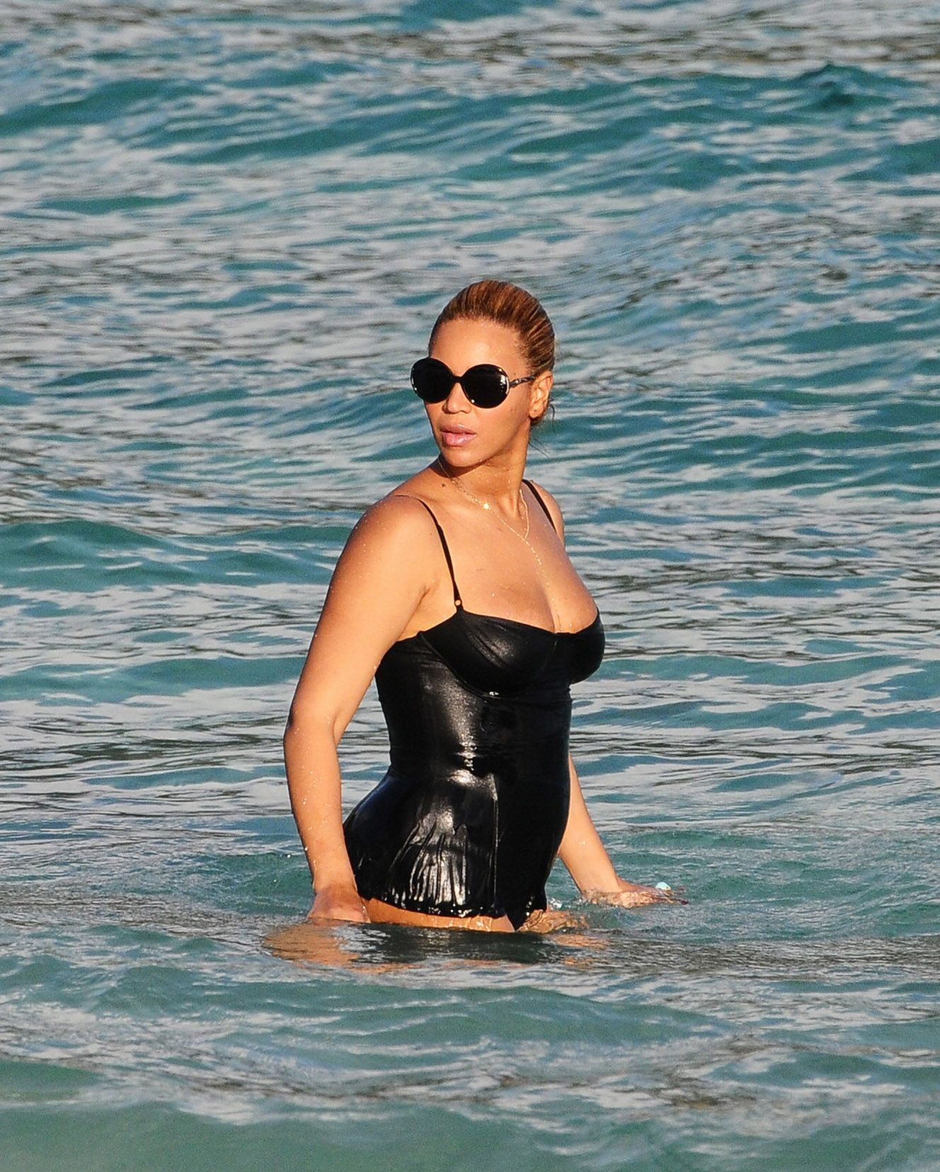 695c639d64 Photos : Beyoncé dévoile ses courbes post-grossesse dans un joli bikini  rétro !