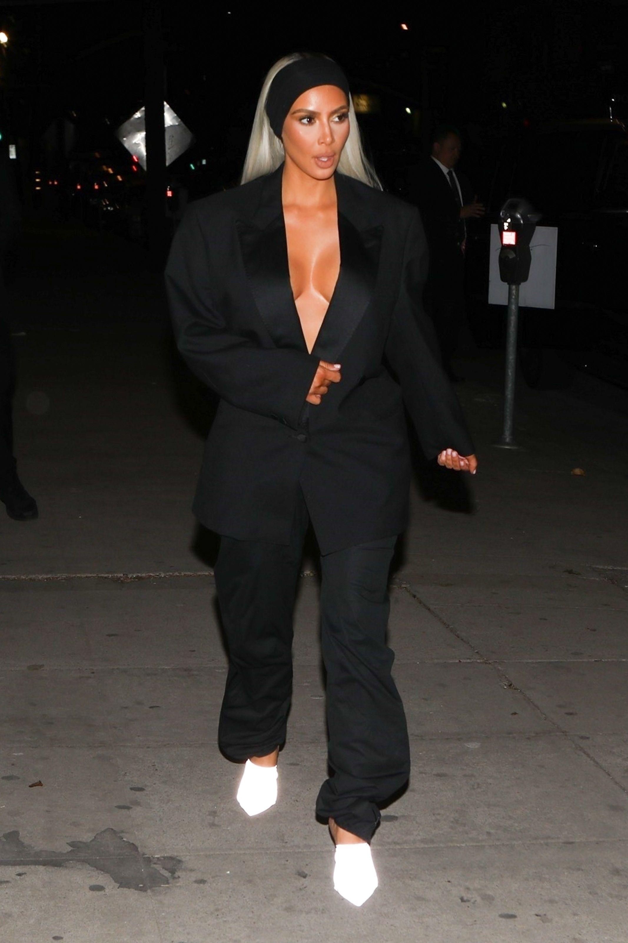 Kim Kardashian : Elle tente la veste XXL sans soutien-gorge puis... les cheveux roses !