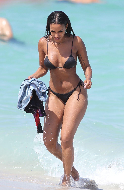 66df3a957fc Photos : Fanny Neguesha : Ultra hot en bikini elle profite du soleil de  Miami avec Rose Bertram !