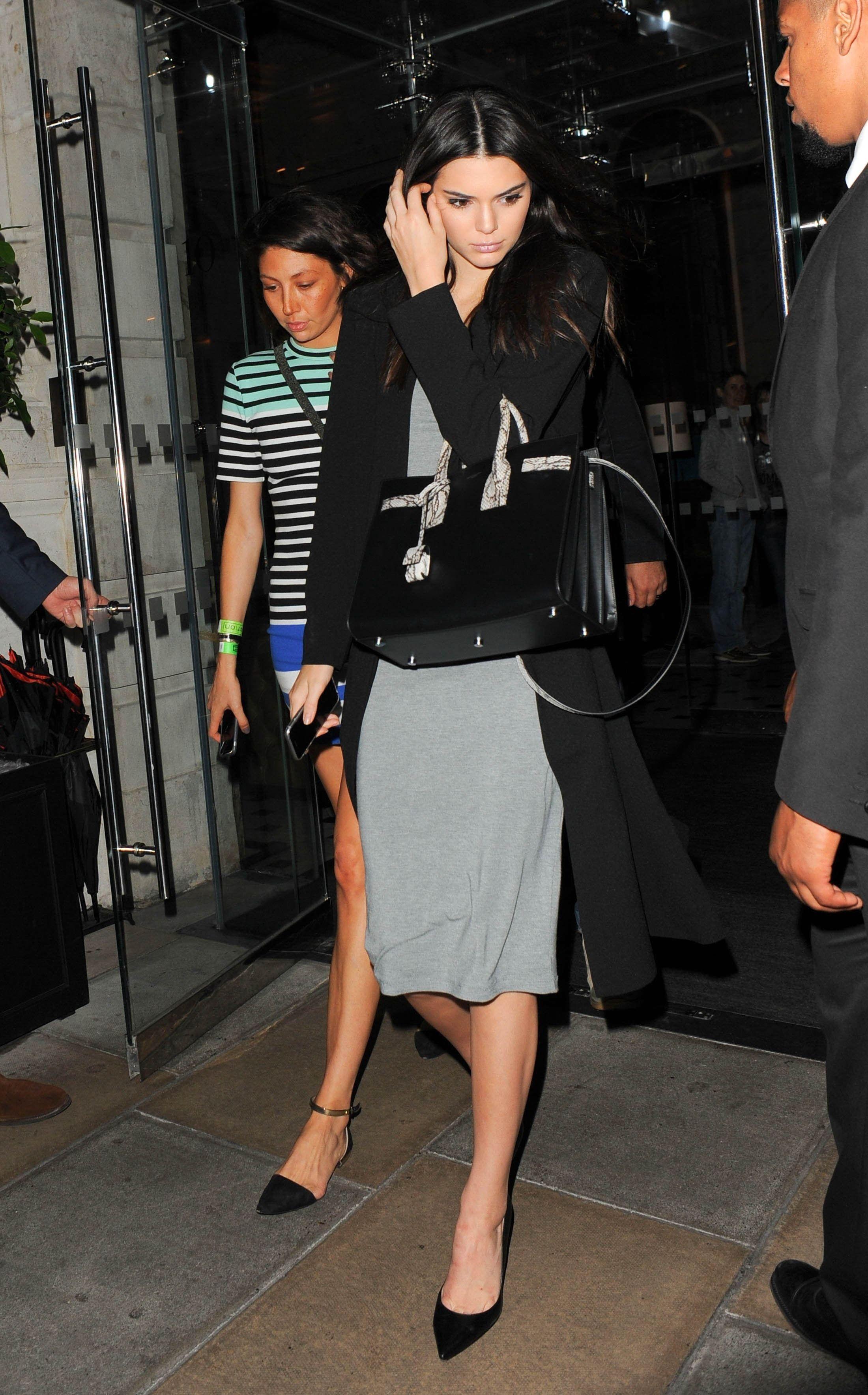 e17fa687f27 Photos   Kendall Jenner trop diva   Elle a un assistant parapluie !