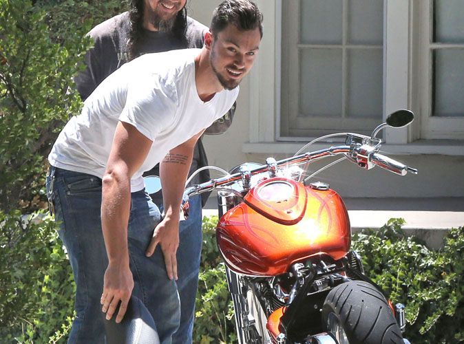 Photos matthew paetz le boyfriend de lea michele en panne moto devant la maison de sa belle - La maison de la moto ...