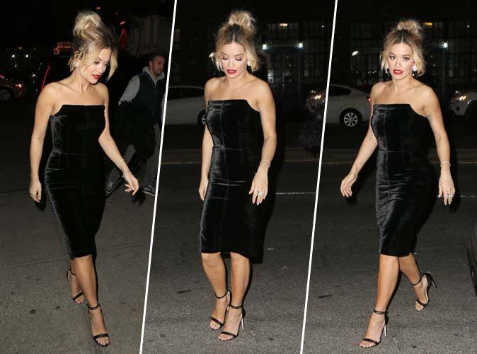 Rita Ora : Bombesque en robe bustier en velours et sandales à talons à brides