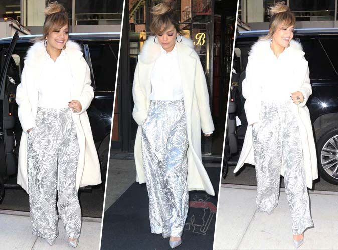 Rita Ora : manteau blanc, pantalon flare et allure de working-girl !