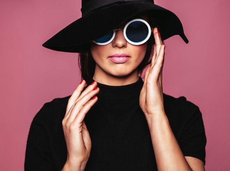 695da74352 SHOPPING : 15 sublimes paires de lunettes de soleil pour jouer les divas de  Cannes