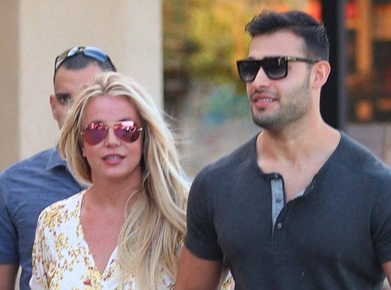 Sous tutelle et en guerre contre son père, la chanteuse star Britney Spears repousse les limites sur Instagram et pose seins nus et agrippés !