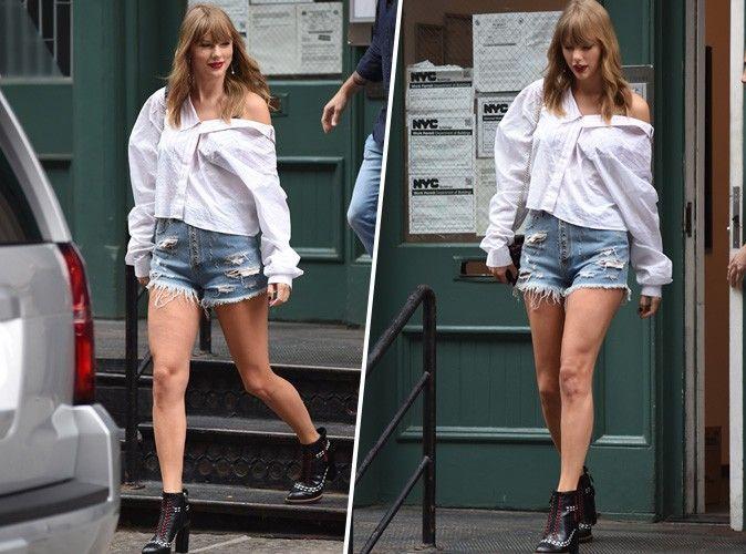 Taylor Swift : chemise blanche, short en jean et bottines à talons pour un look stylé et minimaliste