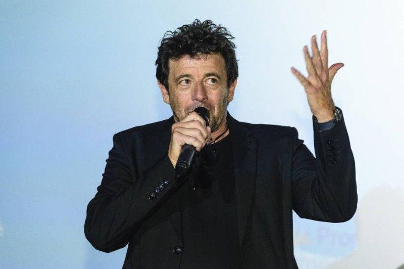 le comportement de Patrick Bruel lors du concert-hommage à Johnny Hallyday pointé du doigt sur Twitter !