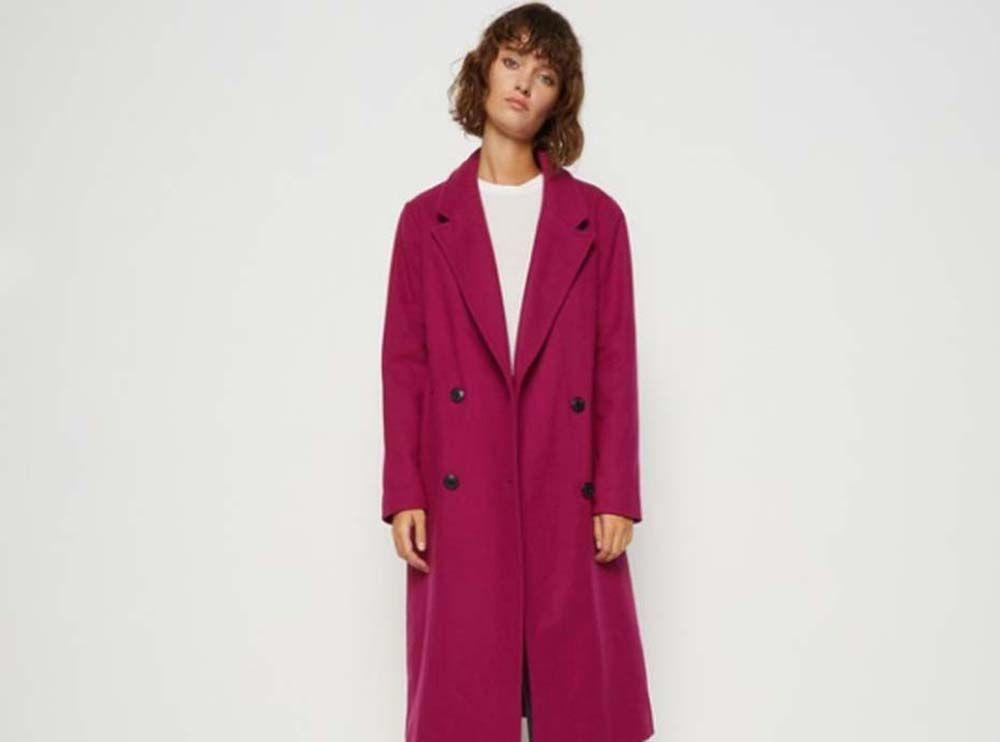 jessica alba chemisier blanc manteau rose poudr et derbies talons pour un look fashion de. Black Bedroom Furniture Sets. Home Design Ideas