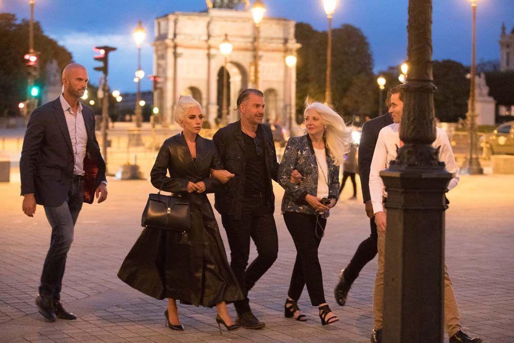 A Paris, Lady Gaga fait un crochet par le Louvre avant d'aller diner chez Bradley Cooper !