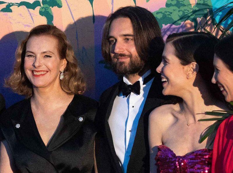 Charlotte Casiraghi la bague au doigt  un gala avec Dimitri Rassam, Carole  Bouquet et