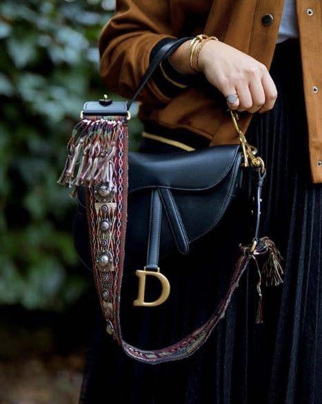 95fb484dcb Dior Saddle Bag : pourquoi ce sac à main est dans le dressing toutes les  it-girls