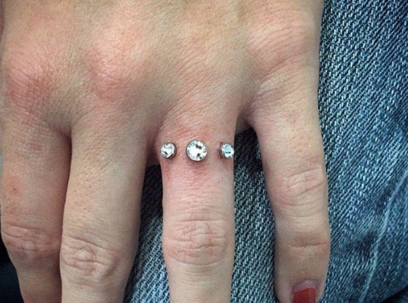 Exit la bague de fiançailles, le piercing d'engagement est à la mode !