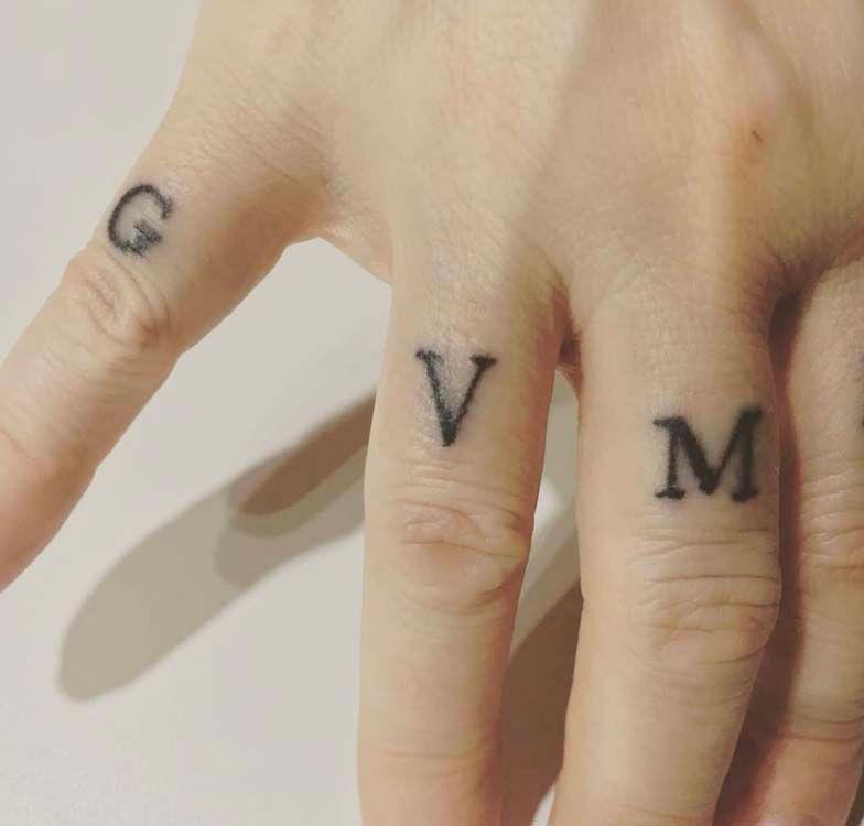 finger tattoo : 40 modèles de tatouages minimalistes sur les doigts