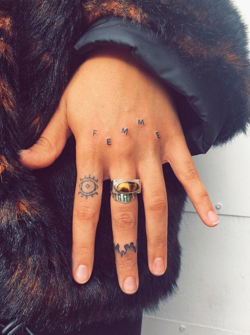 Finger Tattoo 40 Modeles De Tatouages Minimalistes Sur Les Doigts
