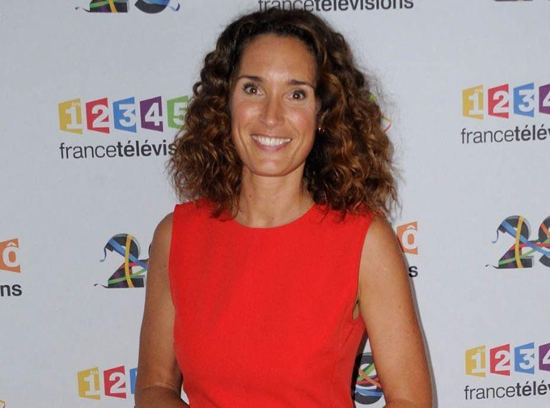 Jambe en l'air et tenue ultra moulante, la remplaçante de Pernaut au JT de TF1, comme vous ne l'avez jamais vue !