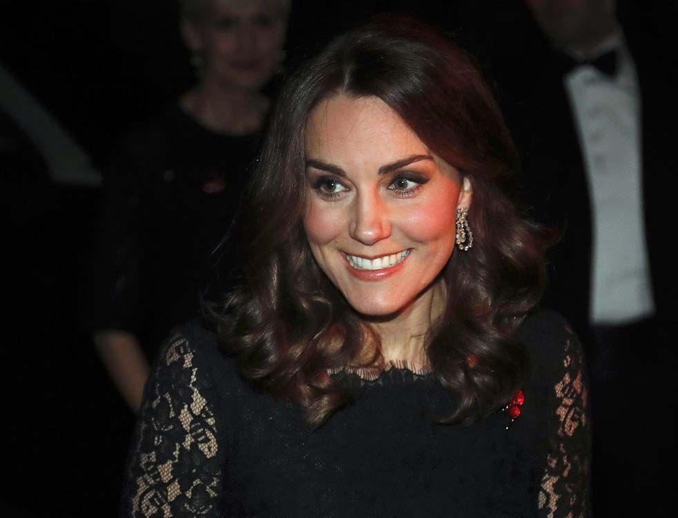 Kate Middleton dévoile son baby bump lors d'un dîner de gala