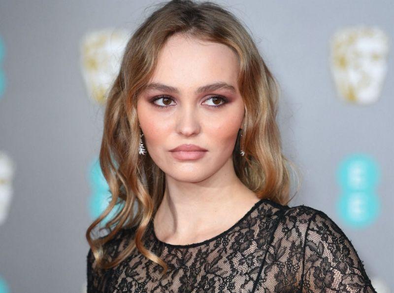 Lily-Rose Depp : seins à l'air aux BAFTA... Découvrez son look HOT !