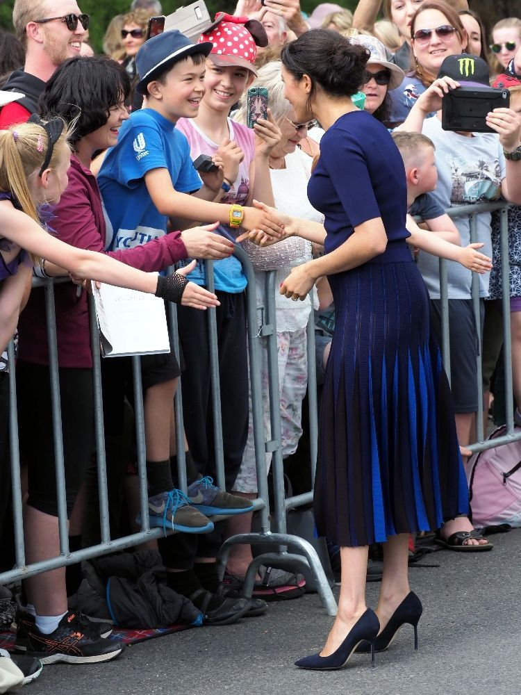 3bc875feb7f29f Meghan Markle en jupe transparente qui laisse entrevoir sa culotte ...
