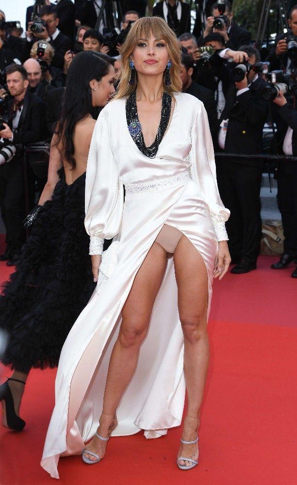 Petra Nemcova montre sa culotte sur le tapis rouge de Cannes