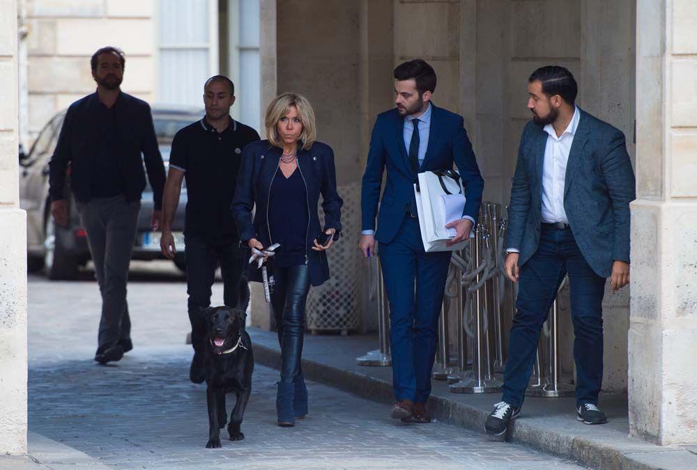 Photos Brigitte Macron C Est La Premiere Dame Qui Promene Le Chien Du President Nemo